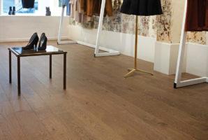Interior-R25-Chelsea-1-Strip-Brush-Matt-Lacquer-Coffee